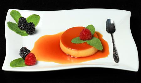Creme Caramel with fresh berries Фото со стока