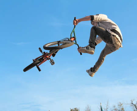 Adolescente in bicicletta BMX
