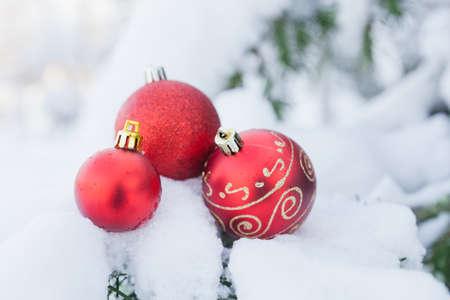 Decorazioni di Natale sulla neve Archivio Fotografico
