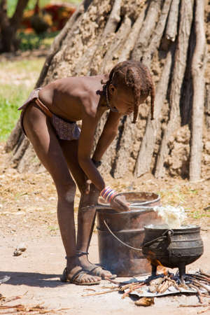 tribu: Himba cocineros Boy para el almuerzo