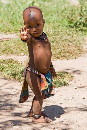 tribo: Retrato de corpo inteiro de bonito Himba menino