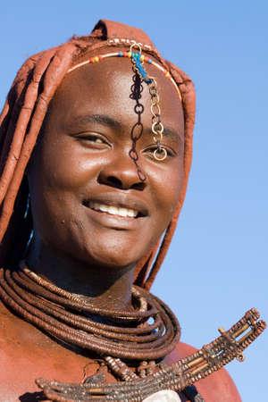 tribu: Himba Retrato de mujer con joyer�a tradicional sobre fondo de cielo azul