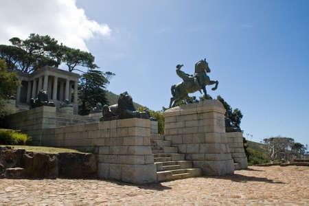 uomo a cavallo: Rhodes Memorial con la statua in bronzo di un cavaliere a Citt� del Capo, Sud Africa. Editoriali
