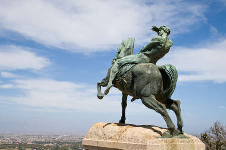 charro: Estatua de bronce de un jinete, Rhodes Memorial en Ciudad del Cabo. Editorial