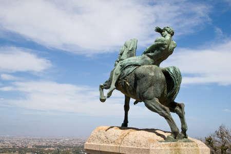 uomo a cavallo: Statua in bronzo di un cavaliere, Rhodes Memorial a Citt� del Capo. Editoriali