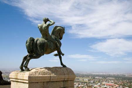 uomo a cavallo: Statua in bronzo di un cavaliere, Rhodes Memorial a Citt� del Capo. Archivio Fotografico