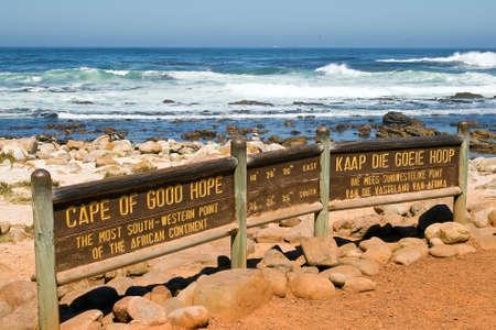 Znamení mysu Dobré naděje. V pozadí moře. Mys Dobré naděje je nejvíce jihozápadní bod afrického kontinentu.