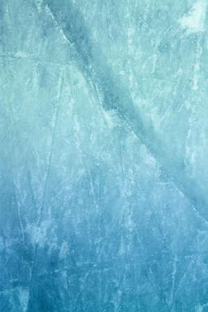 hockey sobre hielo: La superficie de una pista de hielo al aire libre repleto de marcas de skate Foto de archivo