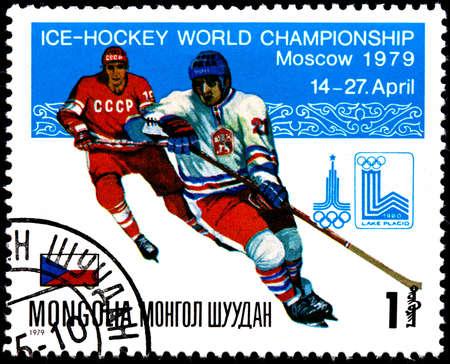 deportes olimpicos: MONGOLIA - alrededor de 1979: Un sello postal muestra hockey sobre hielo Campeonato Mundial en Moscú, Checoslovaquia, alrededor de 1979 Editorial