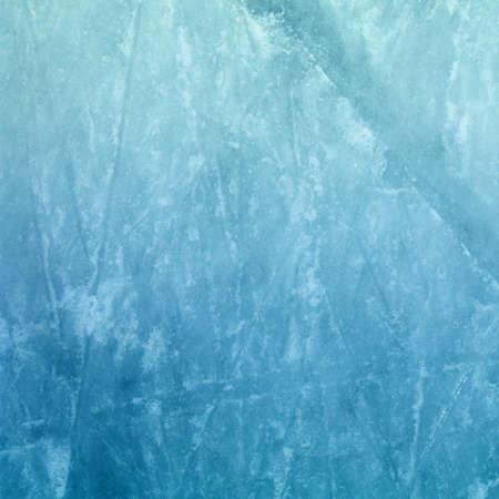 hockey sobre hielo: La superficie de una pista de hielo al aire libre Repleto de marcas de skate