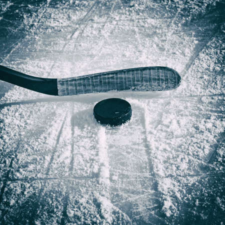 アイス ホッケー用スティックおよびパック、アイス スケート リンクで。