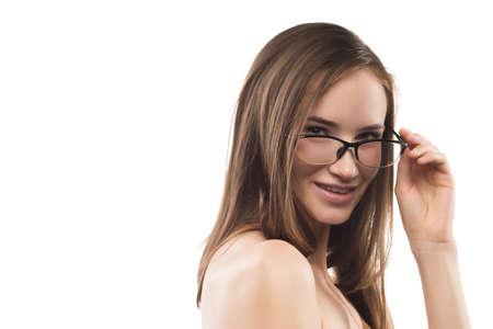 Attrayante jeune femme épaules nues portant des lunettes à la mode isolé sur fond blanc Banque d'images - 84810874