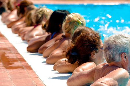 fitness: pessoas fazendo acqugym em um resort