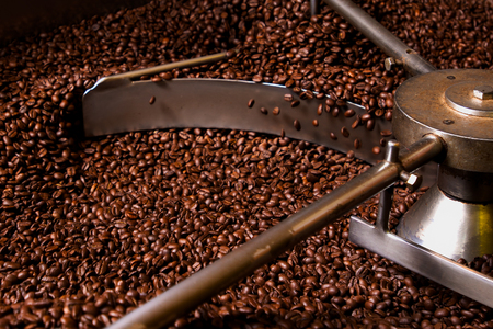 Roasting process of coffee, screening and cooling in the hopper Imagens