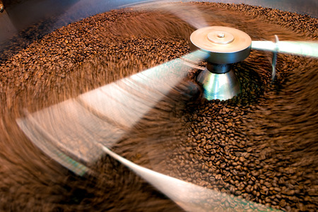 Roasting process of coffee, screening and cooling in the hopper Stockfoto