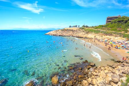 España, Salou. Hermosa laguna de mar con playa y turistas. Día soleado en españa.