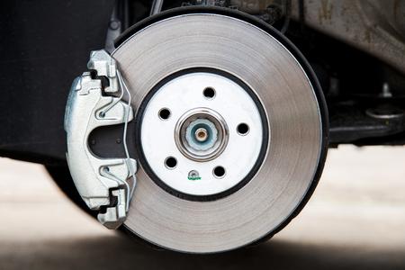 Sistema de frenos de coche. Pinza de freno nueva. Disco de freno nuevo.