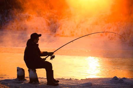 釣り、冬に凍結されていない貯水池