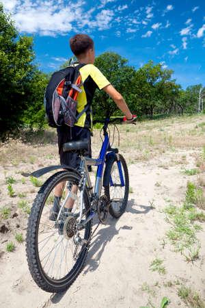 森の旅自転車でティーンエイ ジャー