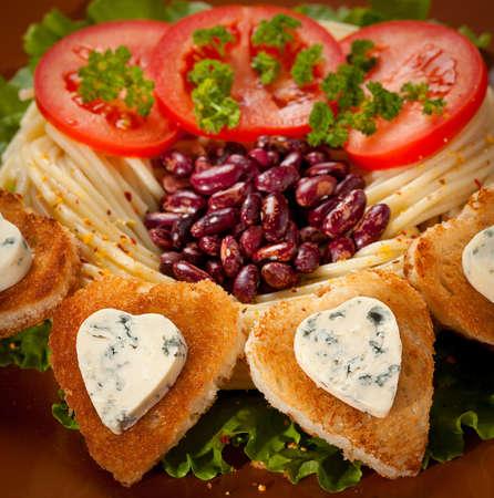 夕食の料理揚げパンとブルーチーズ、心臓の形で装飾されています。