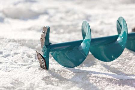 湖の氷にある釣りドリル
