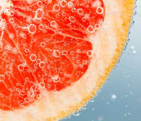 気泡と水でフレッシュなグレープ フルーツ