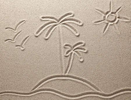 ヤシの木、海の島は砂に描かれています。