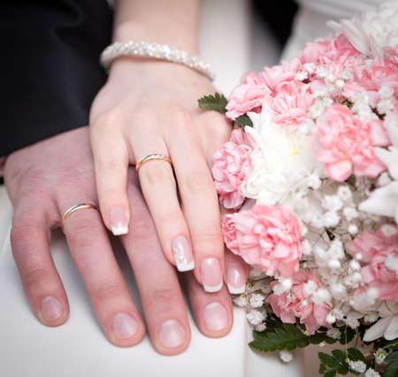 anillos de boda: Manos del novio y la novia Foto de archivo
