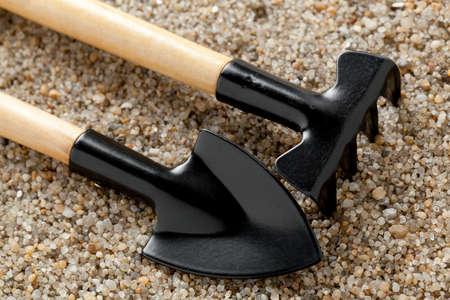 sandy soil: Attrezzi da giardino su terreno sabbioso. Archivio Fotografico