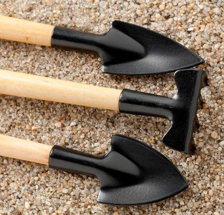 Sandy soil: Herramientas de jardiner?a en suelo arenoso.
