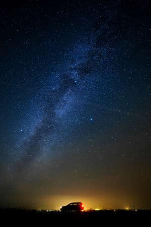 星の空に対して観光客の車。