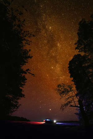 星の空に対して観光の車