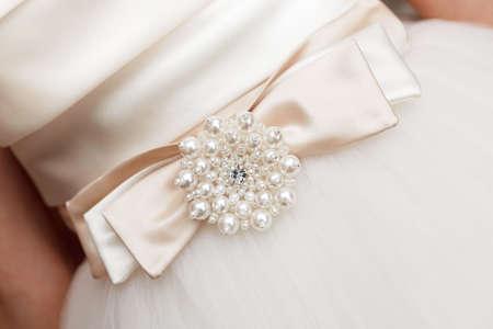 結婚式のドレスに弓を飾り