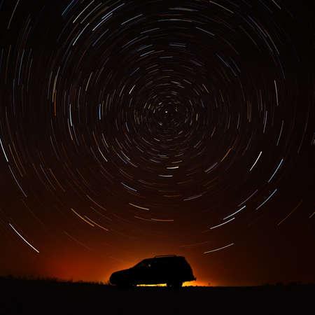 星の空に対して観光の車。