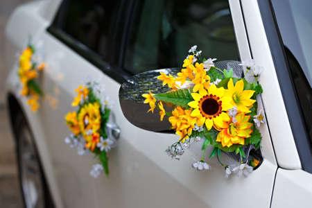 Decoration of the wedding car Standard-Bild