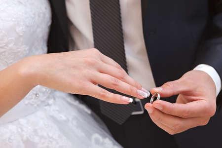 結婚パーティーで結婚指輪を新郎新婦の手
