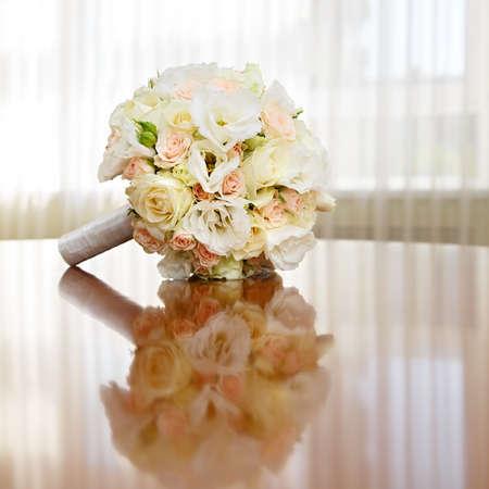 bouquet de fleurs: belle bouquet de la mari�e de roses � une f�te de mariage Banque d'images