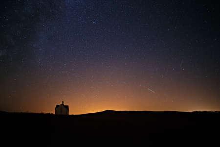 ロシア正教の教会の上の夜空に明るい星の背景に天の川。