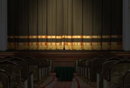La salle et la scène dans le théâtre avec les lumières éteintes Banque d'images - 19296291