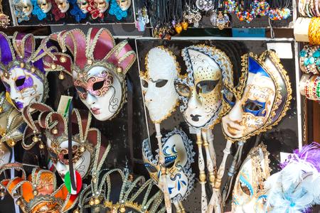 Beaucoup de beaux masques vénitiens sur l'exposition Banque d'images - 24666727