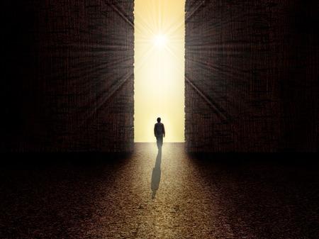 abrir puertas: Hombre caminando hacia la luz de la oscuridad