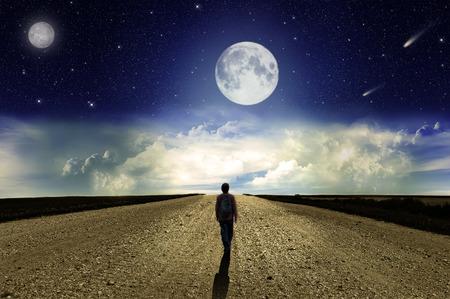 hombre solo: Hombre caminando en la carretera por la noche bajo la luna