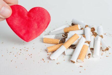 Coeur et beaucoup de cigarettes brisées. Arrêter de fumer maintenant. fond Antismoking Banque d'images - 51976724