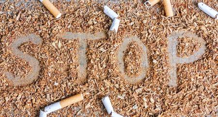 prohibido fumar: cigarrillos rotos y tabaco. Dejar de fumar ahora