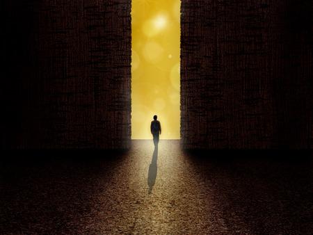 L'homme debout à la frontière des ténèbres et de la lumière Banque d'images - 56607474