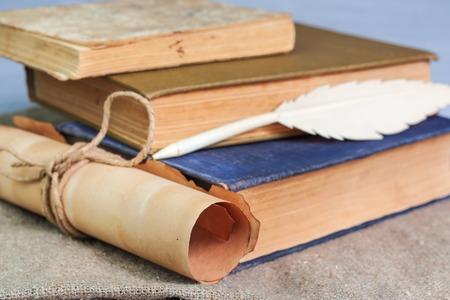 Pile de livres anciens, plume et manuscrit sur la table. Nature morte Banque d'images - 57230155