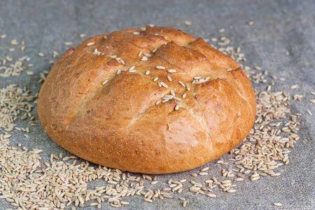 Le pain blanc et des grains de blé couché sur un sac Banque d'images - 57419719
