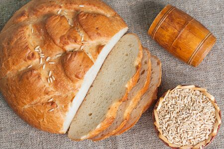 Pain blanc en tranches et les graines d'avoine. vue de dessus Banque d'images - 59641749