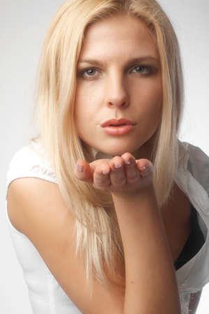 junge nackte m�dchen: Sch�ne Frau einen Kuss sendet