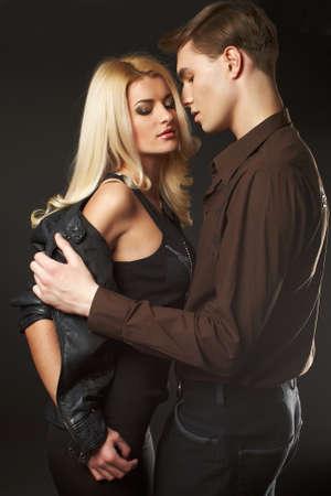 parejas sensuales: Joven pareja llevaba jeans sexy en el estudio